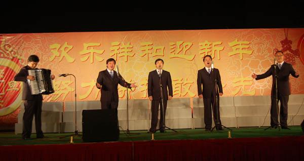 斯独奏   校合唱团演唱《茨岗》和《龙的传人》   学校领导与全体演员
